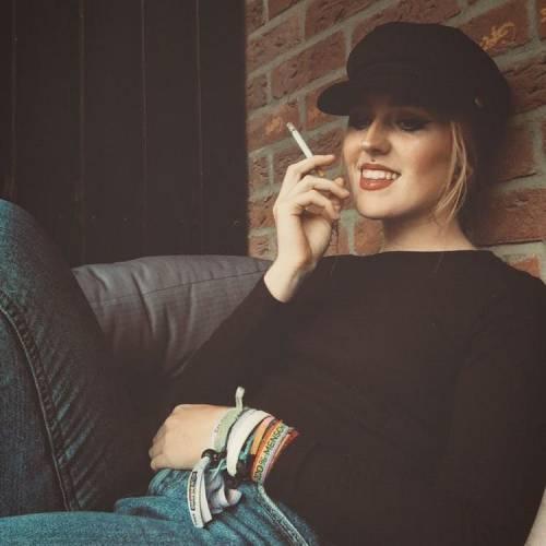 دختر سیگار بدست