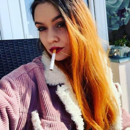 عکس دختر سیگار بدست