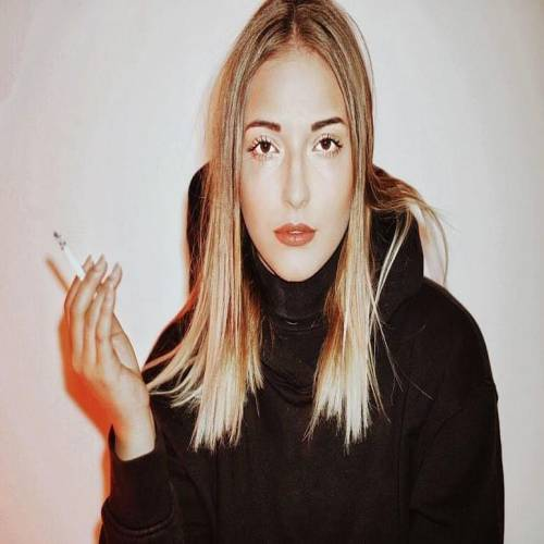 عکس پروفایل دختر در حال سیگار کشیدن