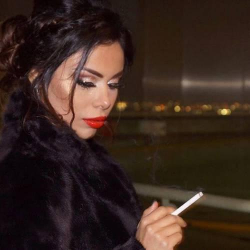 دختر سیگار به دست