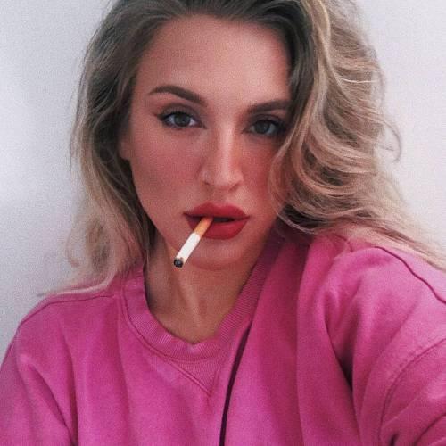 عکس دختر با سیگار برای پروفایل