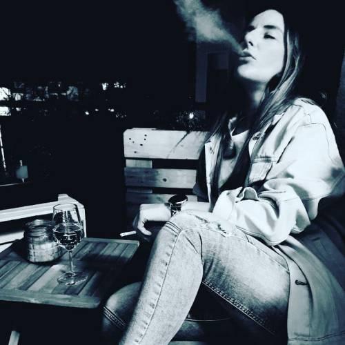 دختر سیگاری غمگین